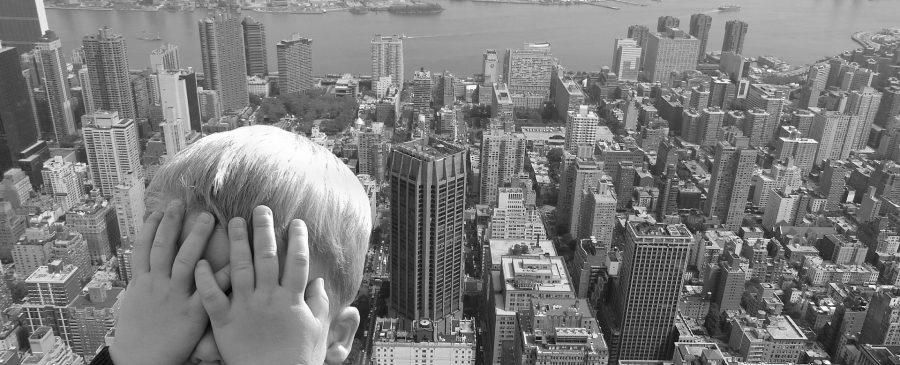 Ängste überwinden - Kind vor Stadt verschließt Augen