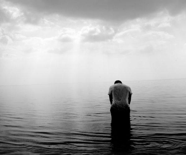 Ex Freundin zurück - Einsamer ann im Wasser