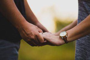 Kompromisse eingehen - Pärchen hält Händchen