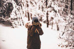 Streit vermeiden - Frau im Schnee mit Händen vor den Augen