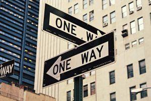 Was will ich wirklich - Zwei entgegengesetzte Einbahnstraßenschilder