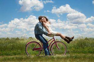 Ehrlich sein - Mann und Frau auf dem Fahrrad