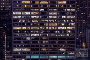 Was will ich wirklich - Bürogebäude bei Nacht