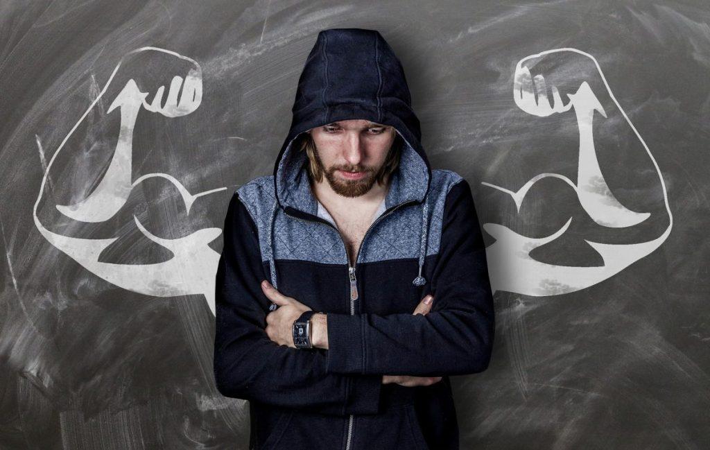 Ängste überwinden - Mann mit Kapuze vor Tafel