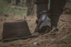 Versöhnung nach Streit - Hut auf dem Boden, Mann läuft weg.