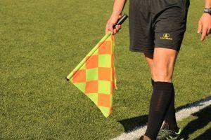 Beziehungsprobleme lösen - Schiedsrichter mit Fahne