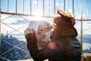 Kompromisse eingehen - Frau schaut durch Fernglas