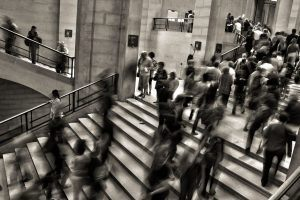 Beziehungsprobleme lösen - Menschenmenge auf Treppe