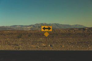 Beziehungsprobleme lösen - Straßenschild nach links und rechts