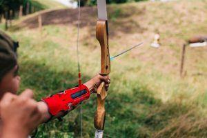 Ziele setzen - Bogenschütze lässt Pfeil fliegen