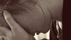 Ehrlich sein - Frau im Profil weint