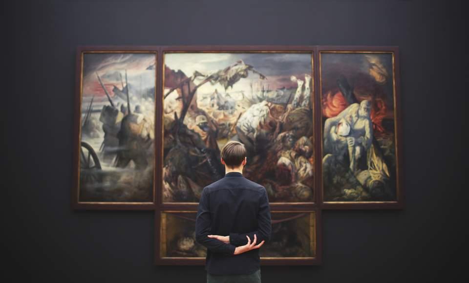 Vision Board erstellen - Mann vor großem Bild in Museum