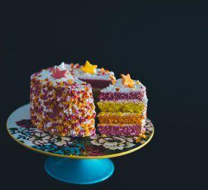 Lebensfreude wiederfinden - BUnter Kuchen auf Tortenplatte