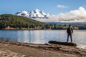Selbstfindung - Mann vor See und Bergen