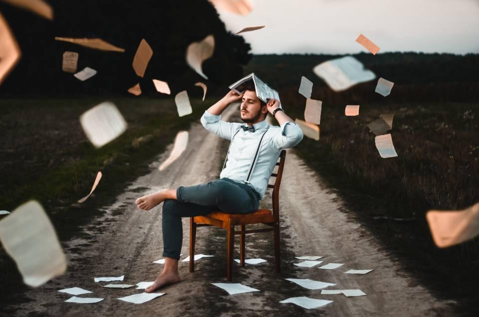 Was soll ich studieren - Mann auf Wiese mit Büchern