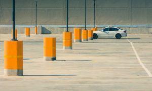 Lebensziele finden - Einzelnes Auto auf leerem Parkplatz
