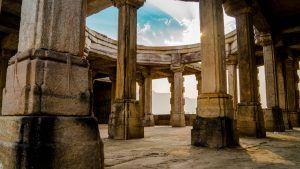 Persönliche Werte finden - Säulen eines alten Gebäudes