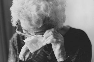 Lebensziele finden - Alte Frau weint nin ein Taschentuch