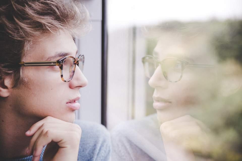 Wer bin ich wirklich? - Mann schaut aus dem Fenster