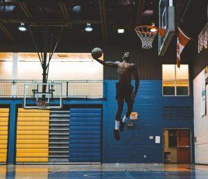 Lebensfreude wiederfinden - Basketballer dunk