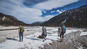 Selbstfindung - Wandergruppe vor Bergen