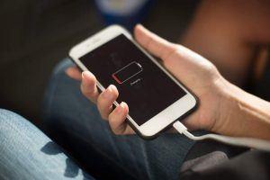 Lebensfreude wiederfinden - Handy an Ladekabel