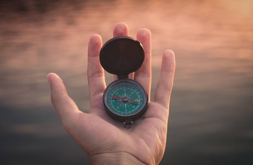Persönliche Werte finden - Kompass in der Hand eines Mannes
