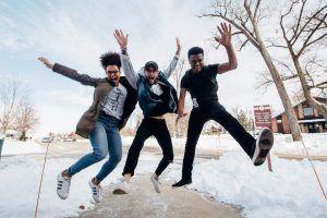 Lebensfreude wiederfinden - Drei Freunde springen zusammen hoch