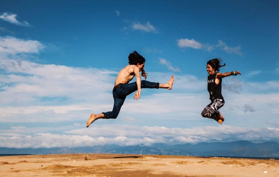 Antriebslosigkeit überwinden - Zwei Menschen springen in die Luft