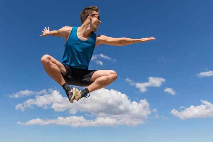 Antriebslosigkeit überwinden - Mann springt voller Energie in die Luft