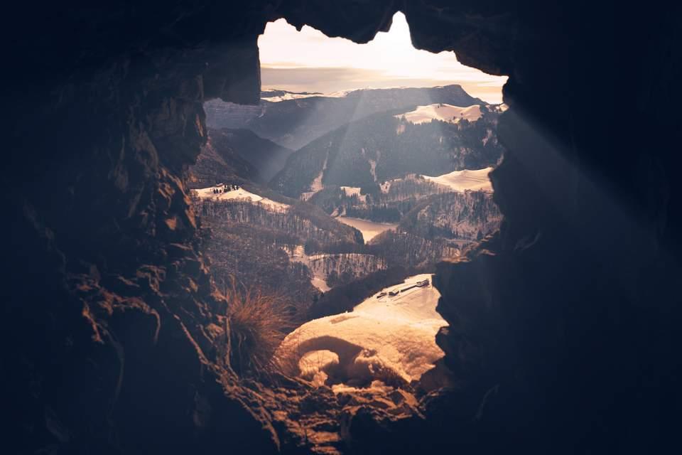 Antriebslosigkeit überwinden - Blick aus einer Höhle in die sonnige Landschaft