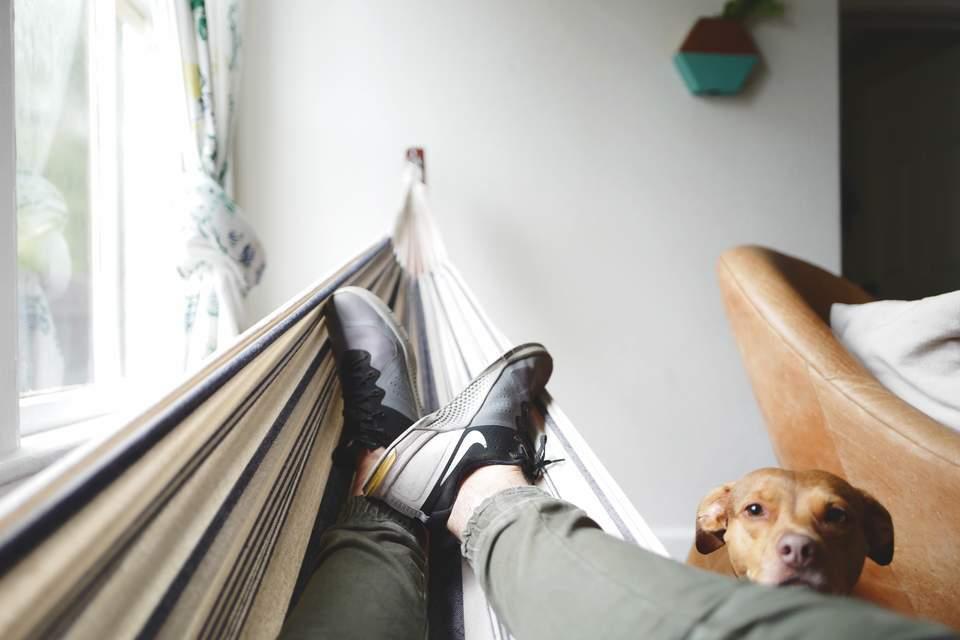 Kein Bock auf Arbeit - Mann entspannt in Hängematte