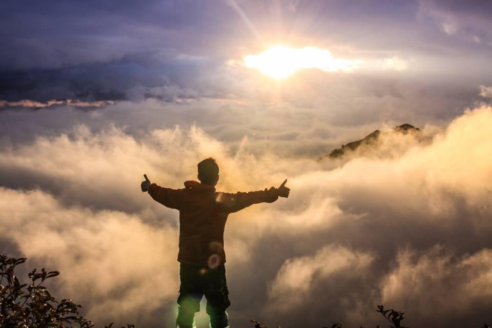 Kein bock auf Arbeit - Mann steht auf Berg vor Wolken