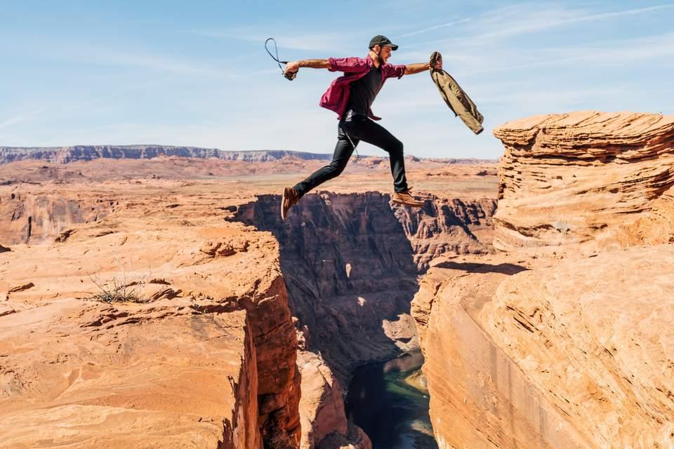 Selbstfindungsphase -Mann springt über Spalte im Boden